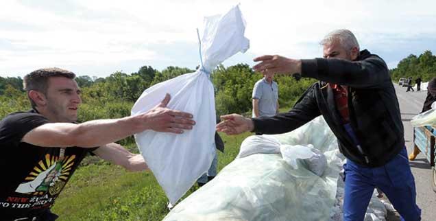 Die Überschwemmungen im Mai 2014 haben alle gleichermaßen getroffen, Bosniaken, Kroaten und Serben, doch sie helfen einander, ohne nach der Nationalität zu fragen. (Foto: pa/Demir)