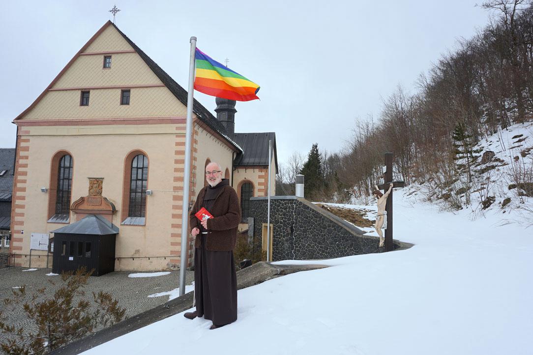 Pater Korbinian vor dem Kloster Kreuzberg (Foto: Marion Eckert)
