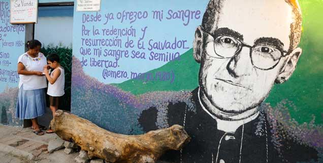 »Er war ein frommer Mann«: Dieser Satz aus dem Mund des Opus-Dei-Oberen tötet Oscar Romero noch einmal. Dabei war er vor allem eines: Ein Anwalt der Armen, als der er bis heute in El Salvador verehrt wird.  (Foto: pa/escobar)