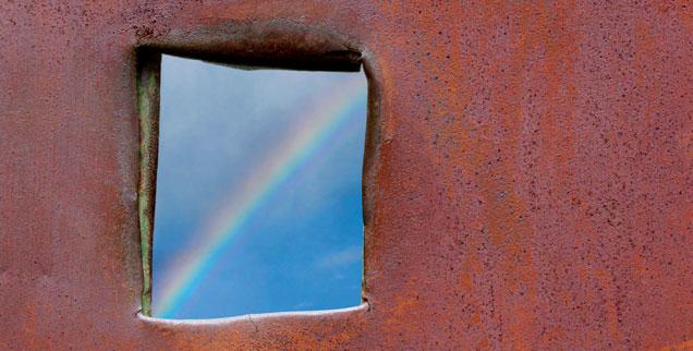Blick durch ein Fenster auf einen Regenbogen: Die guten Nachrichten werden gerne übersehen oder von den Medien nicht weitergegeben. Dabei gibt es weltweit viele positive Entwicklungen (Foto: istockphoto/olhainsight)