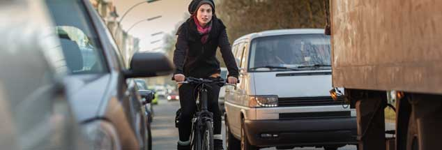 Sie sind unfreiwillige Konkurrenten im Stadtverkehr: Das Rad und das Auto. Innovative Stadtplaner wollen die Konkurrenz zugunsten des Rades auflösen. (Foto: istockphoto/Thomas_EyeDesign)