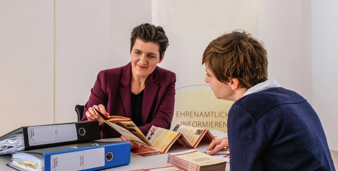 Macht Mut: Katja Urbatsch (links) berät und bestärkt (Foto: Jens Schulze)