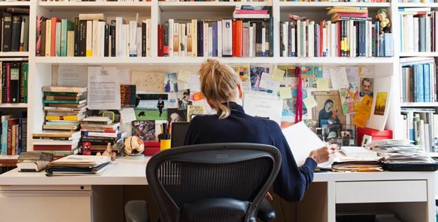 Zufall plus Disziplin: Die Schriftstellerin Siri Hustvedt an ihrem Schreibtisch in Brooklyn, New York (Foto: Annabel Clark 2012/Redux/laif)