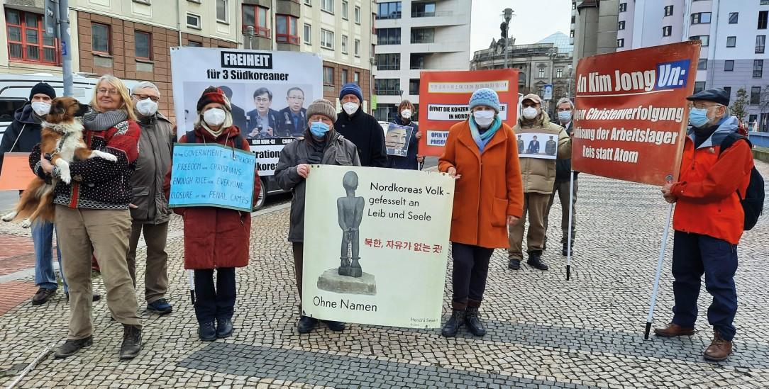 Auch bei Frost: Donnerstags protestiert Gerda Ehrlich vor der nordkoreanischen Botschaft in Berlin (Foto: Privat)
