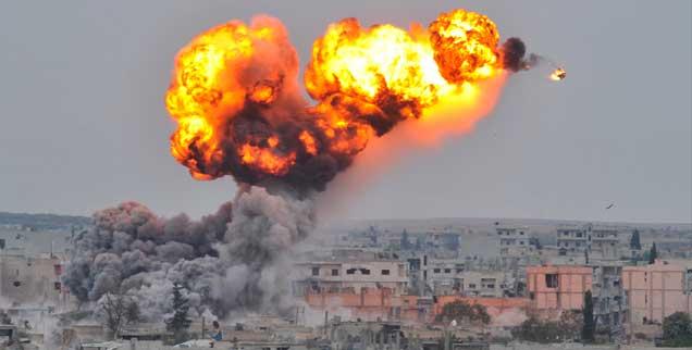 Amerikanisch-europäische Bombenangriffe aus der Luft wie hier auf Kobane (Syrien) bieten islamischen Fundamentalisten die Legitimation, nach der sie suchen, um Muslime zum Kampf gegen den Westen aufzurufen. (Foto: pa/Maltas)