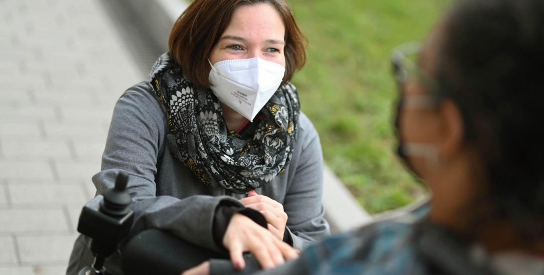 Nur im Freien und mit Maske: Eine ehrenamtliche Hospizhelferin besucht eine Frau, die sie begleitet. Mancherorts ist nicht einmal das möglich. (Foto: PA/DPA/Uli Deck)