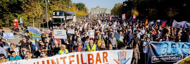 Solidarität statt Ausgrenzung: Demonstranten ziehen unter dem Motto #Unteilbar vor dem Brandenburger Tor Richtung Siegessäule. (Foto: Christoph pa/zb/Soeder)