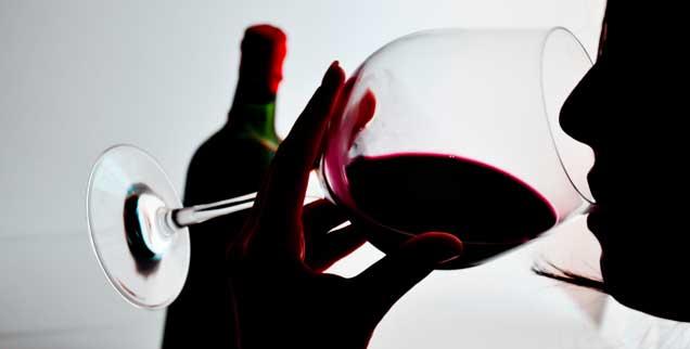 Frauen, die trinken, gehören häufig zur gebildeten Mittel- und Oberschicht: Sie verstecken ihre Sucht fast immer geschickt. Aber das heimliche Trinken ist anstrengend. (Foto: adrian825/thinkstock.de)