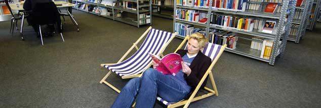 Bibliotheken haben sich verändert, sie bieten Leseecken, sind Treffpunkt für Lerngruppen und stellen digitale Datenbanken zur Verfügung (Foto: pa/Weissbrod)