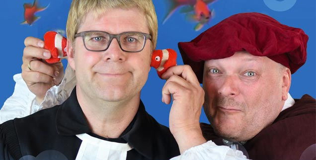 Es luthert, sogar in der Fassenacht: Pfarrer Fabian Vogt (links) und Physiker Martin Schultheiss im Kabarettprogramm »Luther bei die Fische«. (Foto: www.duocamillo.de)