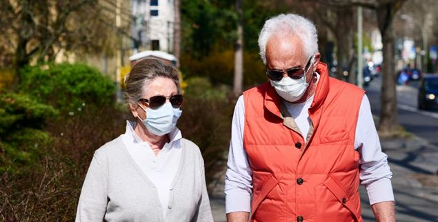 Älteres Paar in Berlin: Wie viel Rückzug muss sein? (Foto: pa/Steinberg)