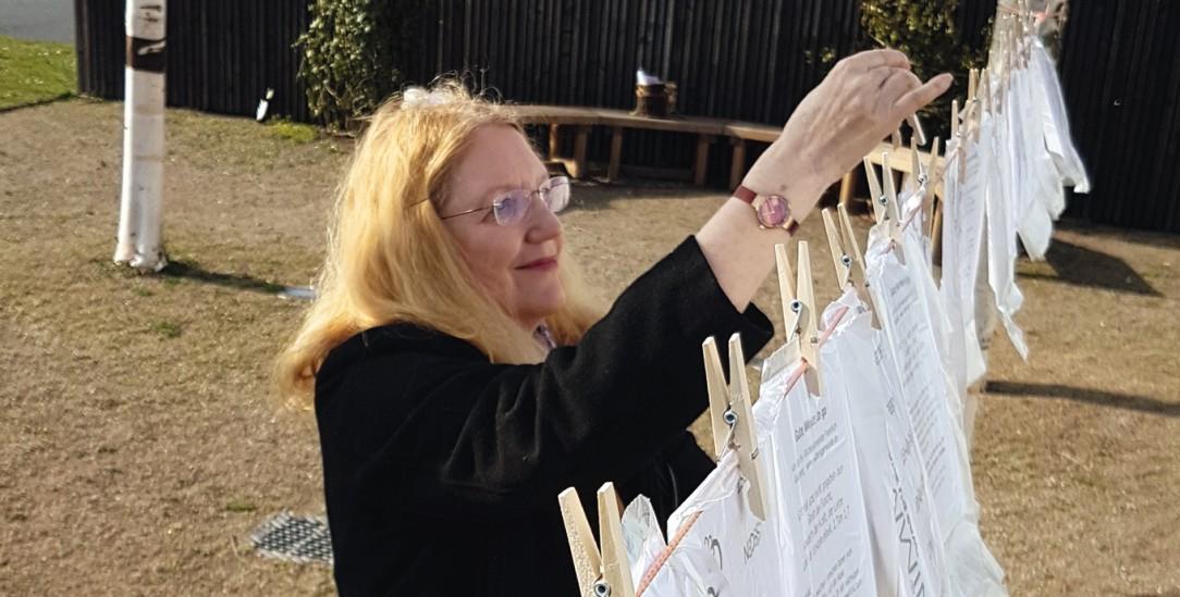 Gebete und Bibelworte zum Mitnehmen: Pfarrerin Kirsten Emmerich hängt sie für Spaziergänger vor dem Gemeindehaus auf (Foto: Evangelische Gemeinde Riedberg)