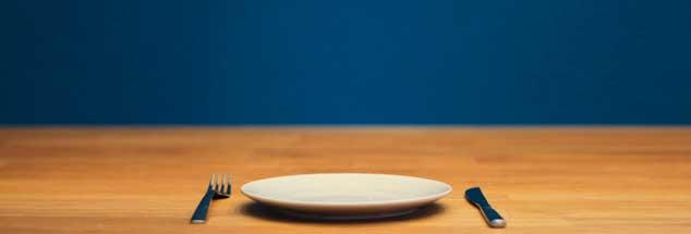 Allein essen? Immer mehr Menschen haben nicht nur bei Tisch keine Gesellschaft. Betroffen sind Männer wie Frauen, und nicht nur Älteren, auch vielen Jüngeren fehlen vertraute Ansprechpartner (Foto: xxee | REHvolution.de / Photocase)