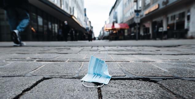 Leere Innenstädte: Eine Maske liegt auf dem Boden auf der Markstraße in der Innenstadt. Die Stadt Oberhausen (Foto: pa/Strauch)