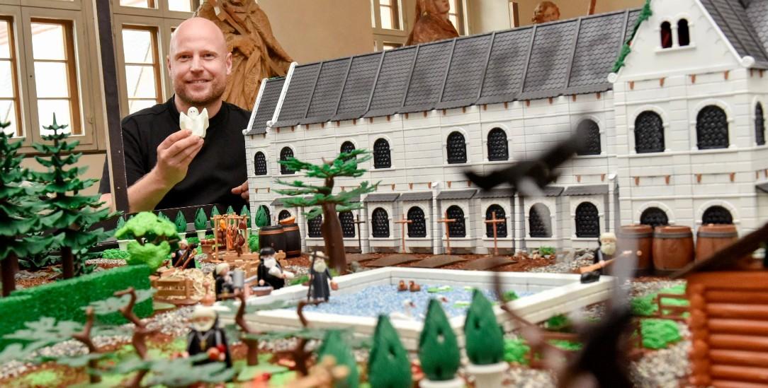 Der Hamburger Kuenstler und Playmobil-Sammler Oliver Schaffer baut im Kloster Eberbach im Rheingau historische Szenen wie den Bauernkrieg aus Playmobilfiguren nach. (Foto: epd/Andrea Enderlein)