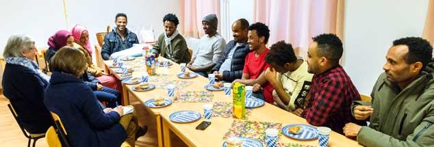 Ein paar sorglose Momente angesichts ungewisser Zukunft: Im Kloster finden die Flüchtlinge Zuwendung und Ansprache (Foto: Petersen)