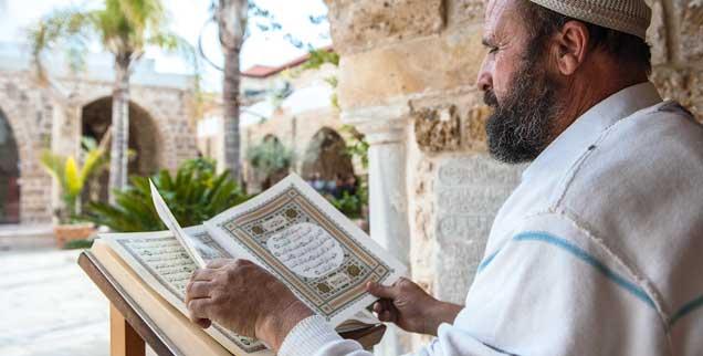 Welche Rolle spielt Schönheit in der Religion? Ein Imam in Jaffa hält eine aufwendig gestaltete Koran-Ausgabe in der Hand (Foto. pa/Norz)
