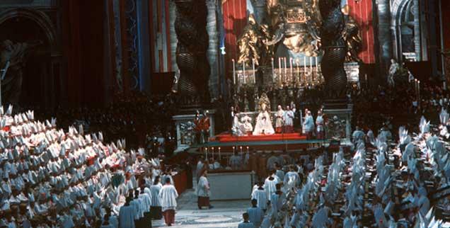 Eröffnungsgottesdienst des Zweiten Vatikanischen Konzils im Petersdom. Im Hintergrund auf dem Thron mit dem Baldachin von Bernini: Papst Johannes XXIII. Aufgenommen wurde die Szene am 11. Oktober 1962. (Foto: pa/Rauchwetter)