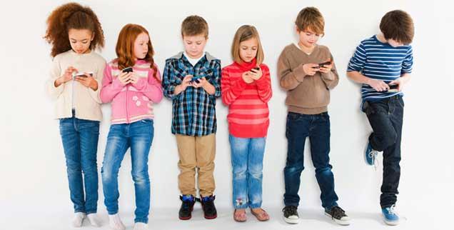 Schon für viele Kinder ist der Umgang mit Handys Alltag, doch es ist nicht klar, ob die Strahlenbelastung über einen langen Zeitraum zu Gesundheitsschäden führen kann (Foto: pa/Image source/ Pangbourne)