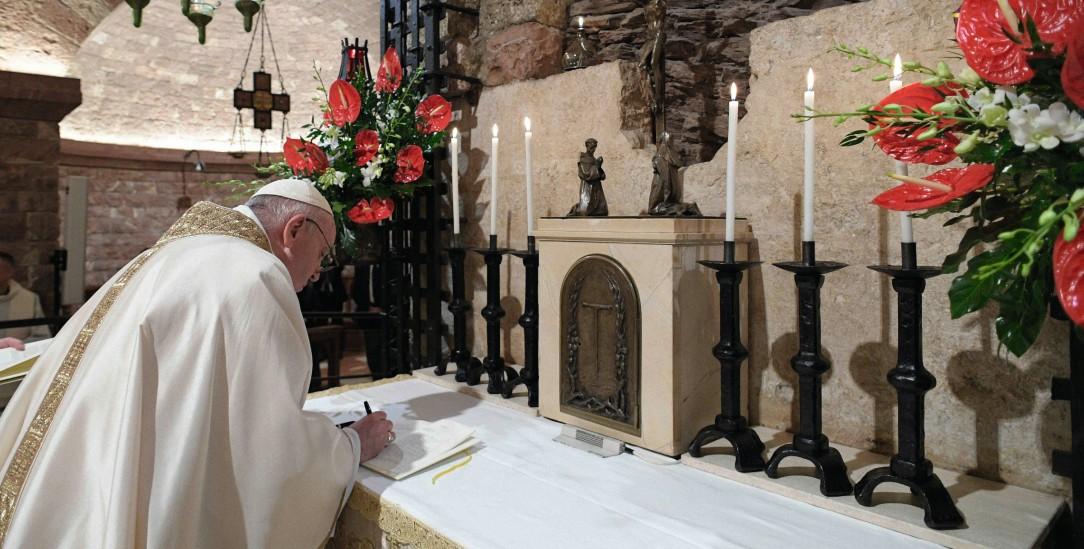 Der Papst unterzeichnet sein Lehrschreiben: Nicht zufällig wählte er dafür Anfang Oktober die Basilika San Francesco in Assisi. Dort liegt das Grab des heiligen Franziskus (Foto: KNA)