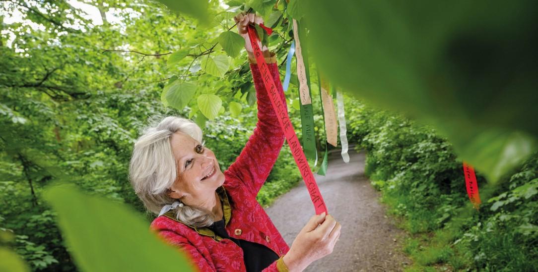 Alles für die Enkel: Cordula Weimann möchte möglichst CO2-frei leben. Die Klimabänder sollen ein Denkanstoß sein. (Foto:Jens Schulze)