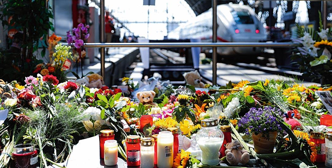Tödliche Gleis-Attacke: Am Frankfurter Hauptbahnhof haben Menschen im Gedenken an einen getöteten achtjährigen Jungen Blumen niedergelegt. (Foto: pa/HMB Media/Oliver Mueller)