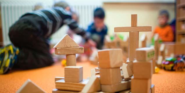 Die Kirche kündigt der Leiterin eines Kindergartens, weil sie ihren Ehemann verlassen hat und mit einem neuen Partner zusammenlebt, doch erstmals reagiert eine Kommune auf das Vorgehen des katholischen Klerus  (Foto: pa/dpa/Büttner)