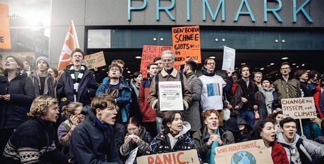 Primark-Blockade auf der Frankfurter Zeil: Die Bewegung Fridays for Future ist gut vernetzt – auch mit der Generation 60 Plus (Foto: Boeckheler)
