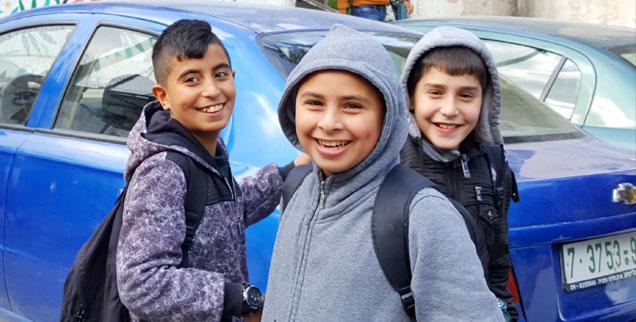 Drei Jungs im Balata-Camp: Wenn man gut Arabisch könnte, würde man verstehen, was sie über die deutsche Journalistin denken, die sie fotografiert. (Foto: Rheinheimer)
