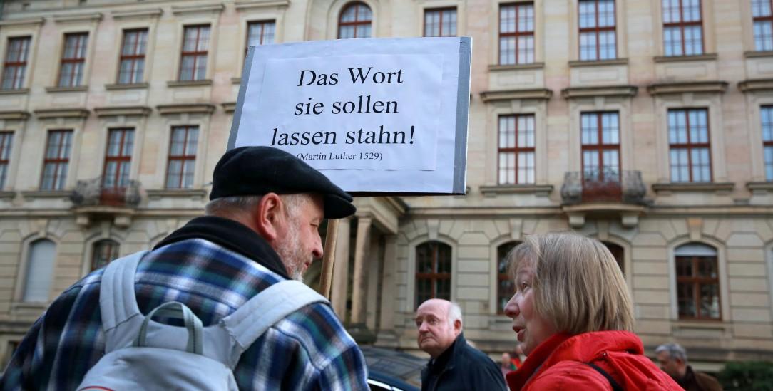 »Das Wort sie sollen lassen stahn!«: Mahnwache für Carsten Rentzing Ende Oktober vor dem Kirchenamt in Dresden (Foto: epd/Schumann)
