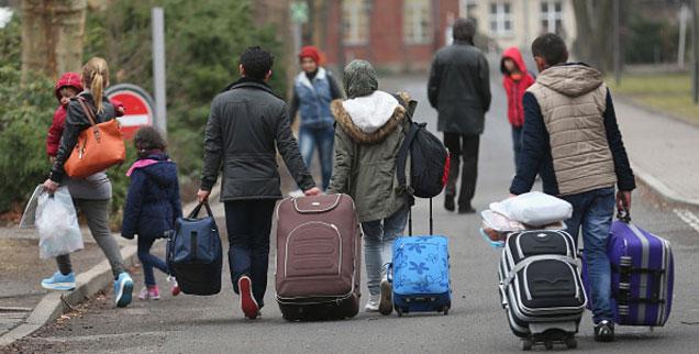 Mit viel Hoffnung, vielen Fragen und Angst vor einer ungewissen Zukunft kommen Flüchtlinge in Deutschland an. Unsere Autorin erlebte die Sorgen einer syrischen Familie hautnah mit - und teilte auch kleine Glücksmomente mit ihnen. (Foto: getty images/Sean Gallup)