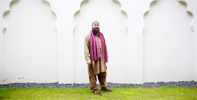 Christian Ahwan Herrmann vor der Wilmersdorfer Moschee (Foto: Julia Zimmermann/laif)