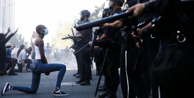 Protest auf Knien: Eine Demonstrantin in San Jose demonstriert gegen staatlich geduldeten Rassismus (Foto: MediaNews Group/The Mercury News by Getty Images)