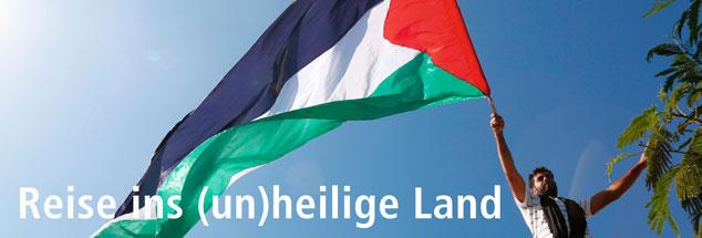Wehende Flagge vor blauem Himmel: Das Leben im Gaza-Streifen könnte so schön sein. Doch die Menschen, die hier leben, lieben und lachen zwischen Bomben und Grantsplittern. Elisa Rheimheimer-Chabbi geht auf die Suche nach Hoffnung in der Hölle. (Foto: pa/NurPhoto/Momen Faiz)