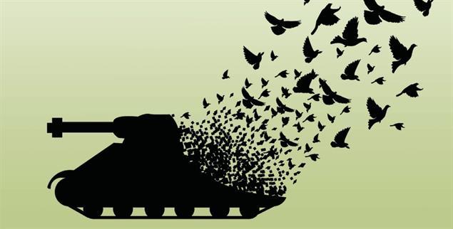 Aus Panzern werden Friedenstauben. Wie kann die Welt gewaltfreier werden? (Foto: shutterstock.com/artsiri)