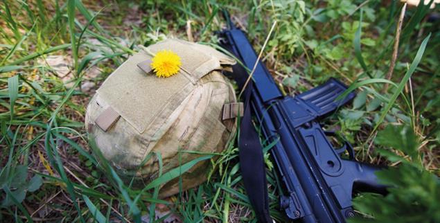 Die Waffen nieder: In einigen Ländern ist Kriegsdienstverweigerung noch immer illegal (Foto: Getty Images/iStockphoto/Vadym Petrochenko)f