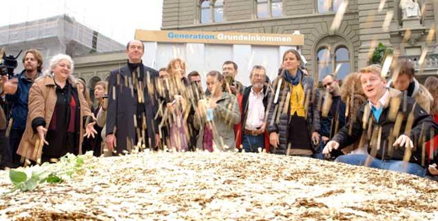 Aktion von Befürwortern des Grundeinkommens in Bern: Ihnen geht es darum, die Armut in einem reichen Land wie der Schweiz zu beenden, Kritiker bezweifeln, dass ein bedingungsloses Grundeinkommen finanzierbar wäre (Foto: www.grundeinkommen.tv)