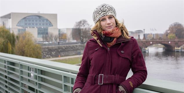 Maja Göpel vor dem Kanzleramt. Bis 2020 hat sie die Bundesregierung zum Thema Nachhaltigkeit beraten. Nun ist sie wissenschaftliche Direktorin des New Institute in Hamburg, an dem praktische Konzepte für den Transformationsprozess erarbeitet werden. (Foto: www.karindesmarowitz.de)