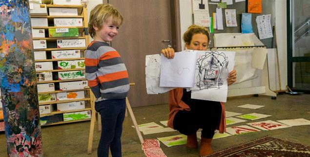 Die Buchkinder stellen ihre Werke im Zeigekreis vor (Foto: Müller-Güldemeister)