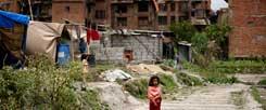 Viele Kinder wurden bei dem Erdbeben in Nepal traumatisiert, etliche haben ihre Eltern verloren. Die Bewohner hoffen darauf, dass sich die Unterstützung durch den Westen nicht auf die Nothilfe beschränkt, Städte könnten Patenschaften für Kommunen in Nepal übernehmen, Firmen ihr Know How weitergeben (Foto: pa/Irham)