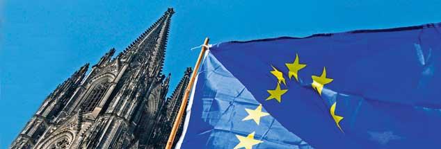 Europa-Fahne vor dem Kölner Dom: Für die Zukunft Europas zählt auch, was Kirchen und Christen aus sich machen. (Foto: pa/Rothermel)
