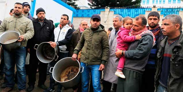 Palästinenser protestieren mit Kochtöpfen gegen die Kürzung der Mittel für das UN-Hilfswerk UNRWA durch die USA  (Foto: pa/Momen Faiz)