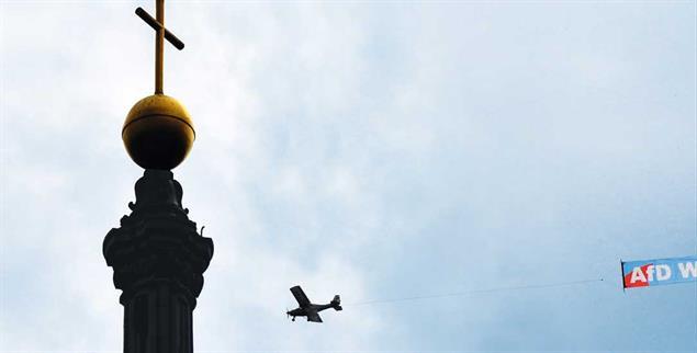 Gefährdung von rechts: Ein Kleinflugzeug mit Wahlwerbung über der Dresdner Hofkirche (Foto: pa/Hiekel)