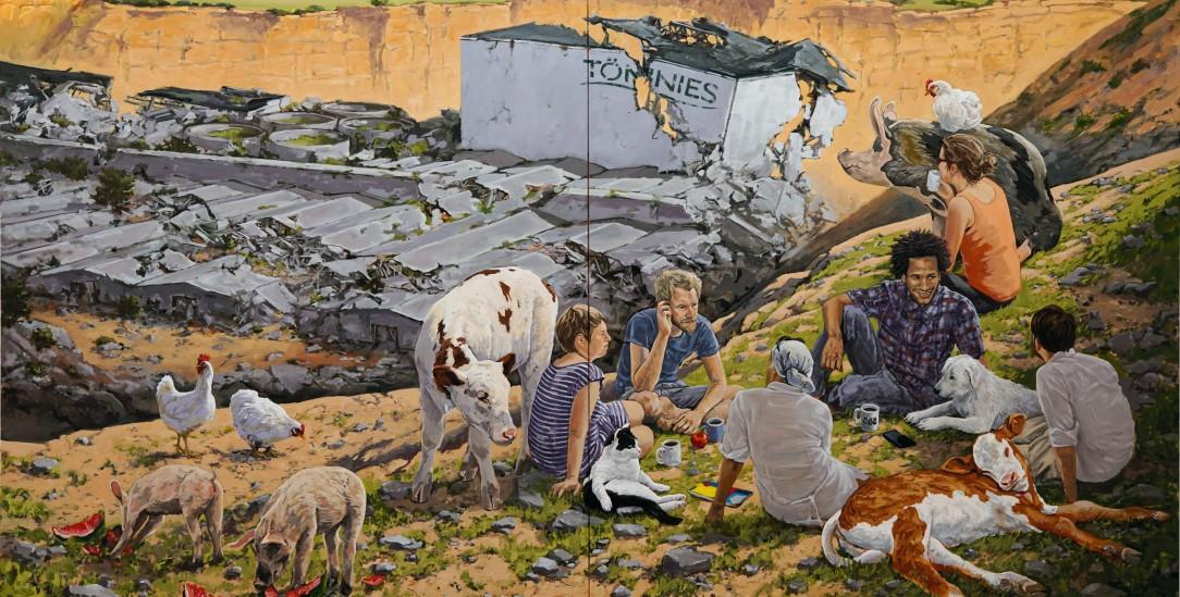 Der Maler Hartmut Kiewert, geboren 1980, beschäftigt sich aus herrschaftskritischer Perspektive mit dem Mensch-Tier-Verhältnis. Zum heutigen gesellschaftlichen Umgang mit Tieren zeigt er Gegenbilder: Schweine, Kühe und Hühner sind aus Mastanlagen und Schlachthöfen befreit. Die Tierindustrie ist ruiniert. Menschen und andere Tiere begegnen sich gleichberechtigt in Parks und Straßen. Auch wenn manche der Bilder an biblische Paradiesvorstellungen erinnern, hält Kiewert die Verwirklichung der Utopie im Hier und Jetzt für möglich. Er glaubt weder an ein Jenseits noch an höhere Mächte, aber daran, dass Menschen sich auch jenseits von Markt, Staat, Patriarchat und Tierausbeutung organisieren können. www. hartmutkiewert.de (Gemäldeauschnitt: »Hügel« (2019) von_Hartmut Kiewert, Öl auf Leinwand, 250x380cm