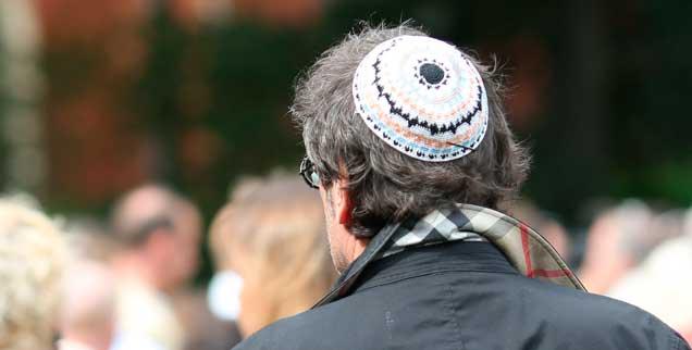 Ein Teilnehmer einer Kundgebung in Berlin mit jüdischer Kippa: Für den 25. April ruft die Jüdische Gemeinde in der Hauptstadt zu einer Solidaritätsaktion auf. Motto: Berlin trägt Kippa (Foto. pa/Schuh)