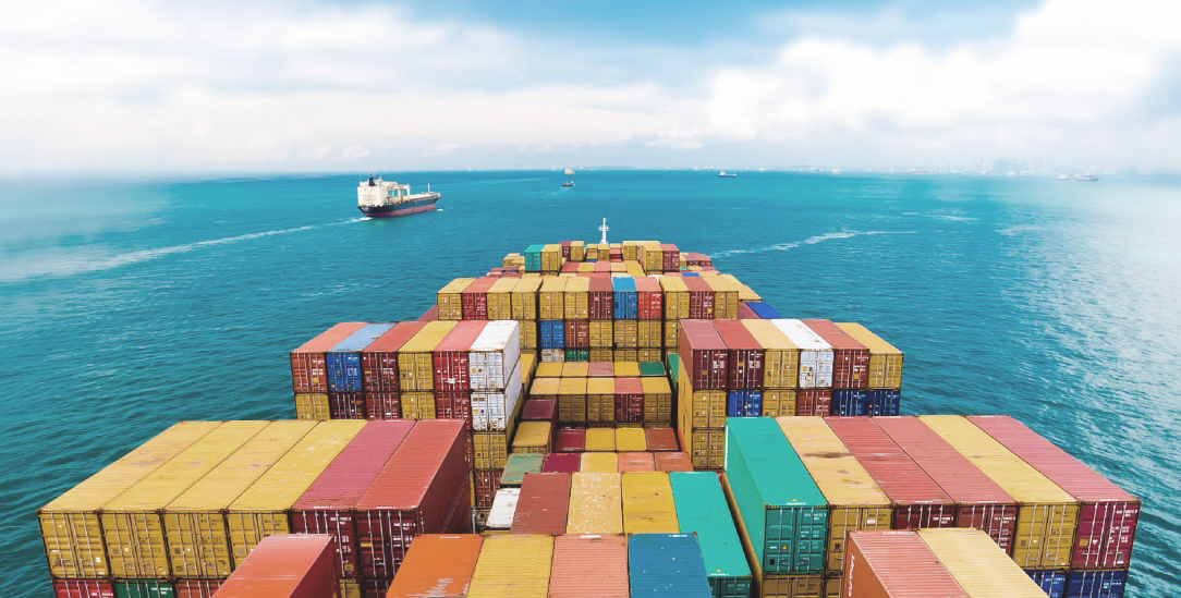 Ambivalenz des Handels: Ein schwer beladenes Containerschiff in der Straße von Malacca in Ostasien. (Foto: Getty Images/iStockphoto/donvictorio)