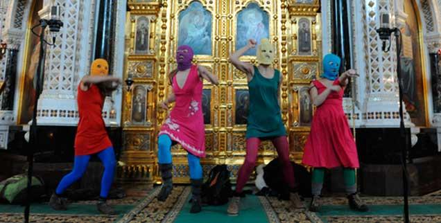 Stein des Anstoßes oder Stein der Weisen? Die Punk-Band Pussy Riot demonstriert am 21. Februar 2012 in der Moskauer Christ-Erlöser-Kathedrale gegen Putin. Der anschließende Schauprozess bringt Demokraten weltweit auf die Barrikaden. Darf,  kann oder muss man Pussy Riot mit Freiheitspreisen ehren? (Foto: pa/ITAR-TASS/ Mitya Aleshkovsky)