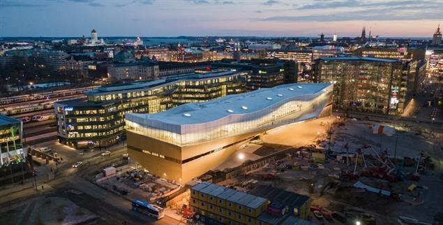 Wie ein Schiff vor Anker: Die neue Bibliothek Oodi in Helsinki fällt auch durch ihre avantgardistische Architektur auf (Foto: Oodi Helsinki / TuomasUusheimo).