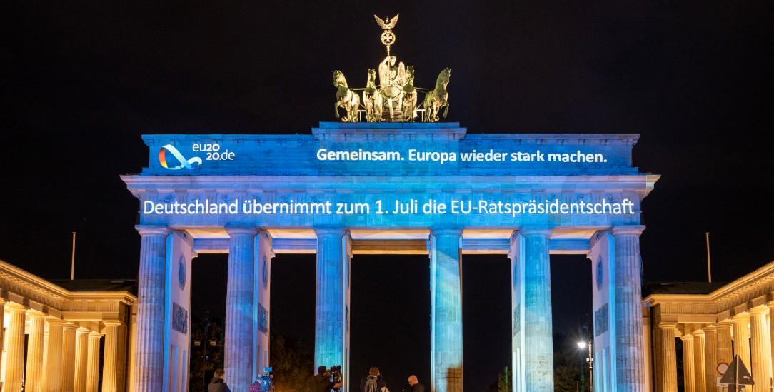 Logo der deutschen Ratspräsidentschaft: Animation am Brandenburger Tor (Foto: pa/Gateau)