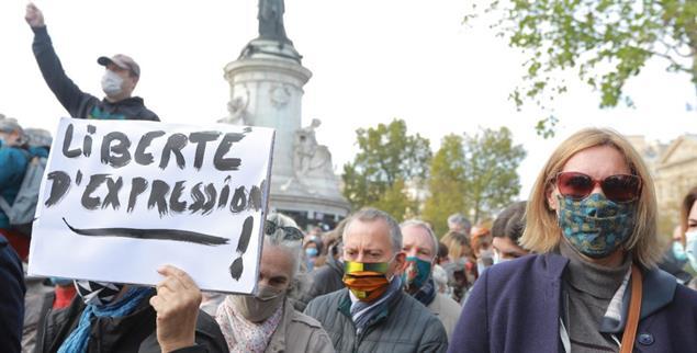»Freie Meinungsäußerung«: In Paris versammeln sich tausende Menschen, um des ermordeten Lehrers Samuel Paty zu gedenken. (Foto: pa/PHOTOPQR/LE PARISIEN/Philippe Lavieille)